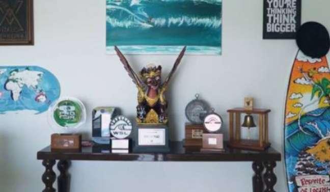 Troféus ficam expostos na sala (Foto: Reprodução)