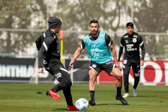 Giuliano participou de boa parte do treinamento com o restante do elenco (Foto: Rodrigo Coca/Ag. Corinthians)