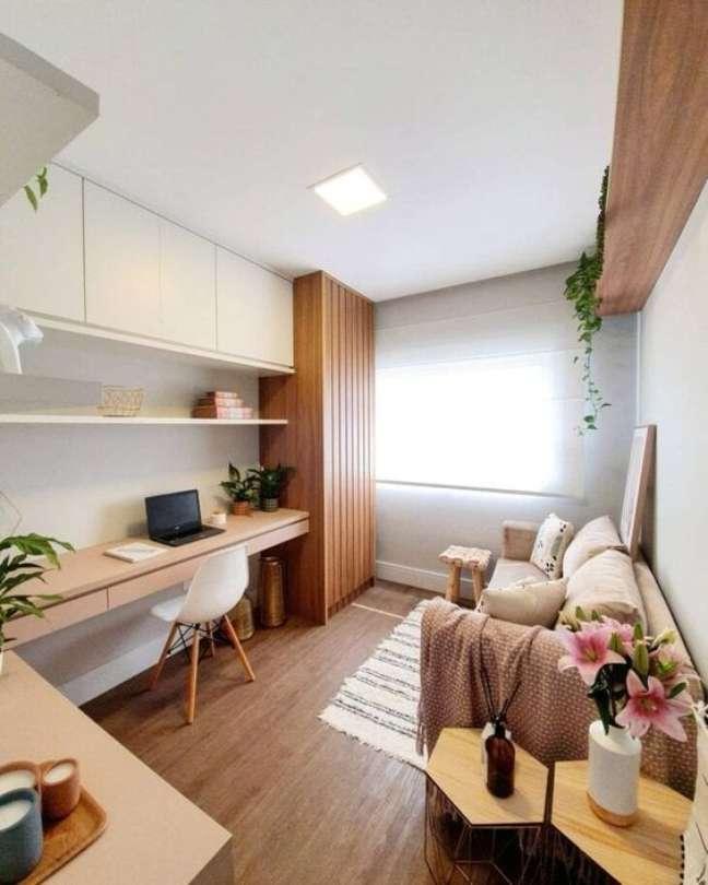 63. Sala de estar com mesa para home office – Foto Pinterest