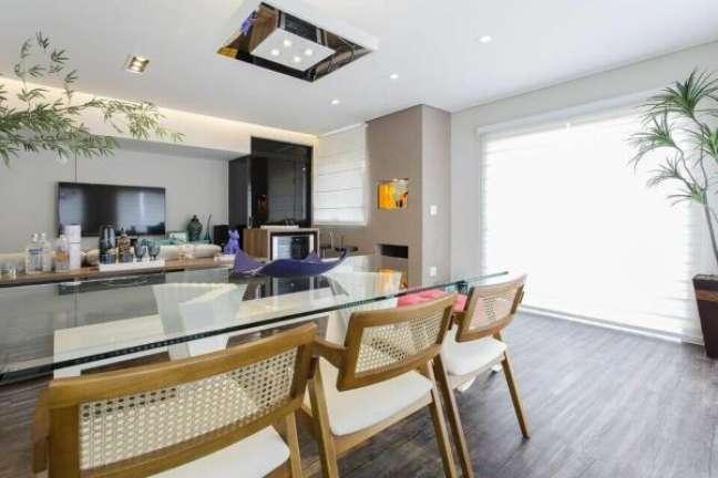 34. Lustres modernos e quadrados espelhados são lindos para a sala de estar – Foto Ricardo Lopez