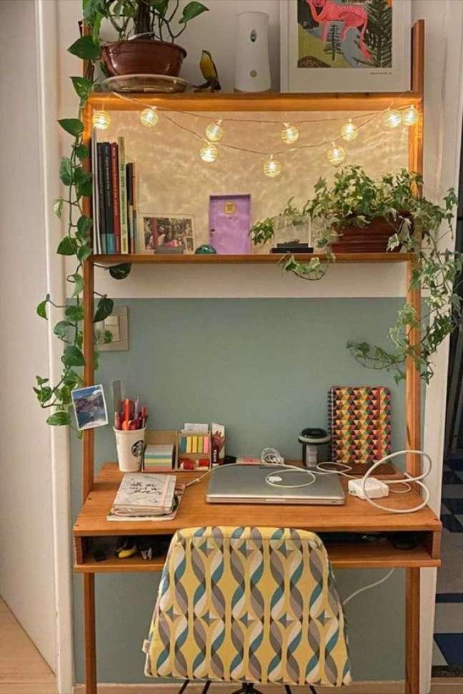 26. Home office na sala com estante de madeira – Foto Tadah Design