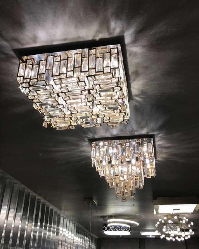 49. Decoração com lustre quadrado de cristais e moderno – Foto Pinterest