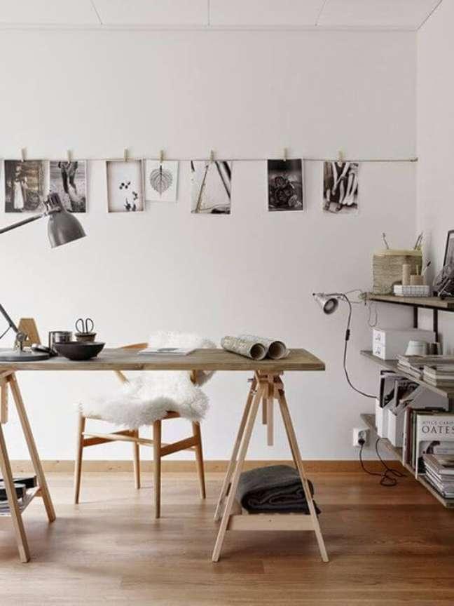 55. Mesa cavalete para home office na sala moderna – Foto Casa Vogue