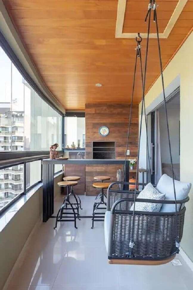 45. Decoração com cadeira de balanço suspensa para varanda gourmet com churrasqueira – Foto: Homify
