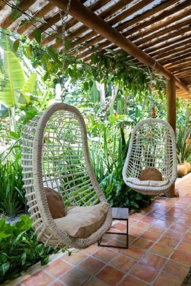 5. Cadeira de balanço suspensa para decoração de casa com varanda e jardim – Foto: Life by Lyfe