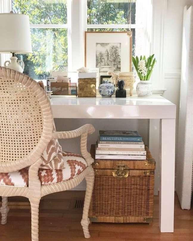 27. Home office na sala com mesa branca e moderna – Foto Blanco interiores