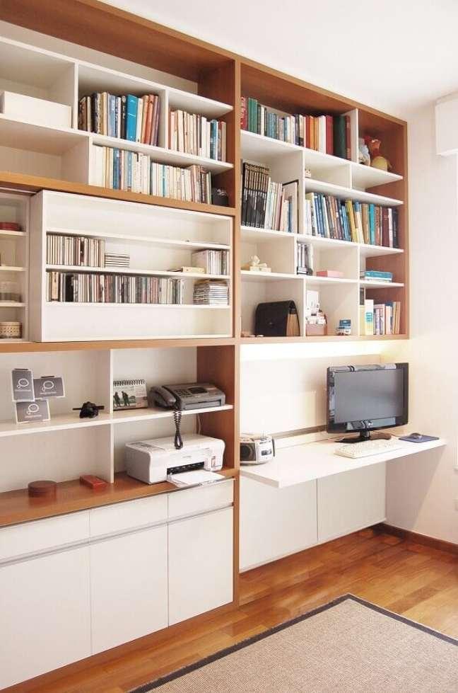 59. Mesa para home office na sala perto da estante moderna – Foto A.M Studio Arquitetura