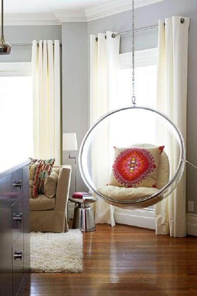 60. Sala de estar decorada com cadeira de balanço moderna suspensa – Foto: Fashionismo
