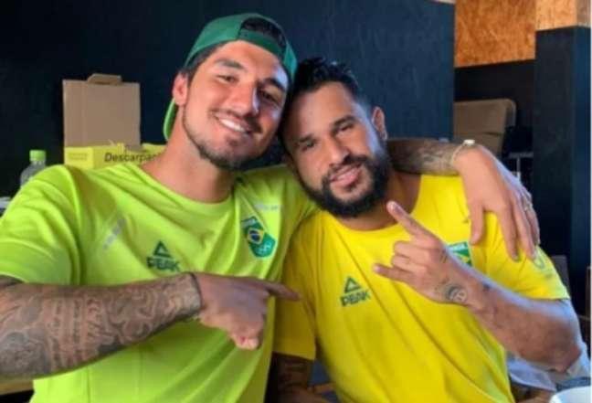 Gabriel Medina ao lado de Ítalo Ferreira, que conquistou o ouro (Foto: Reprodução/Instagram)