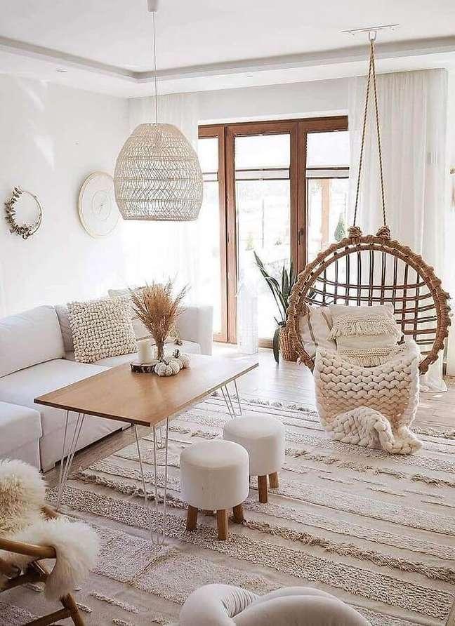 23. cadeira de balanço suspensa para sala decorada com estilo escandinavo – Foto: Apartment Therapy