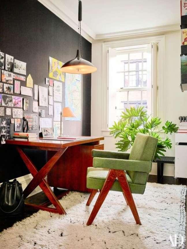 29. Home office na sala com mesa de madeira e cadeira verde – Foto Janeisa Tomas