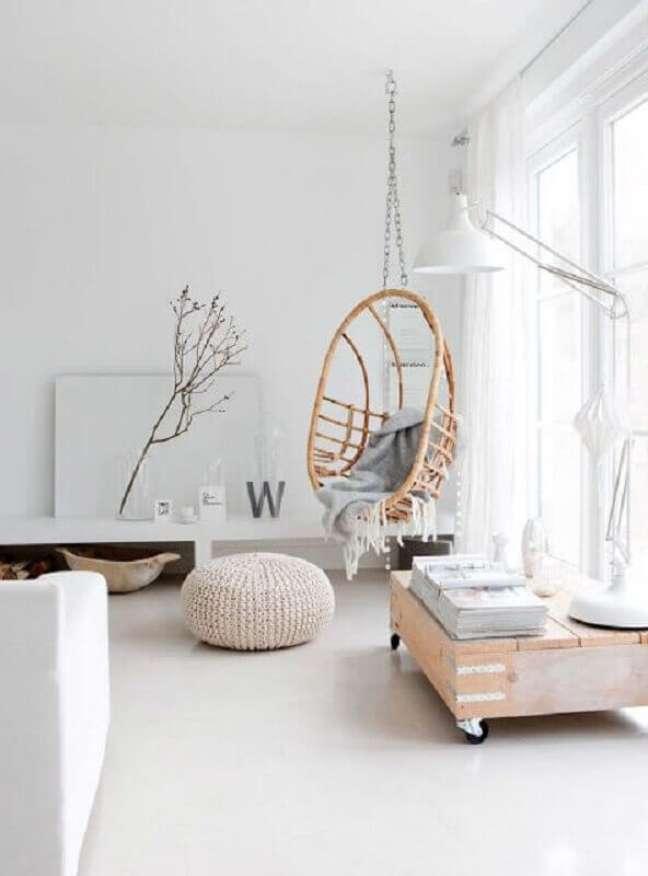 42. Decoração com cadeira de balanço suspensa para sala minimalista – Foto: Home Fashion Trend