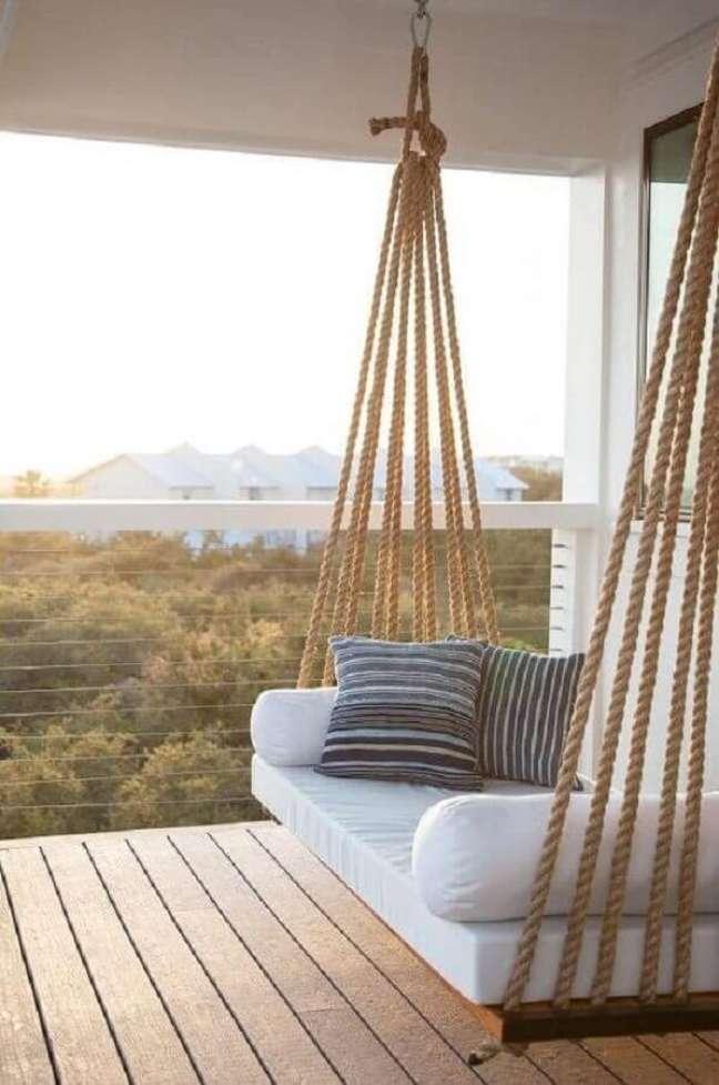 36. Decoração clean com cadeira de balanço suspensa para varanda – Foto: Pinterest
