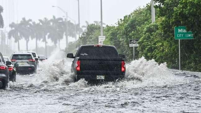 Inundações causadas por fortes chuvas são frequentes em Miami