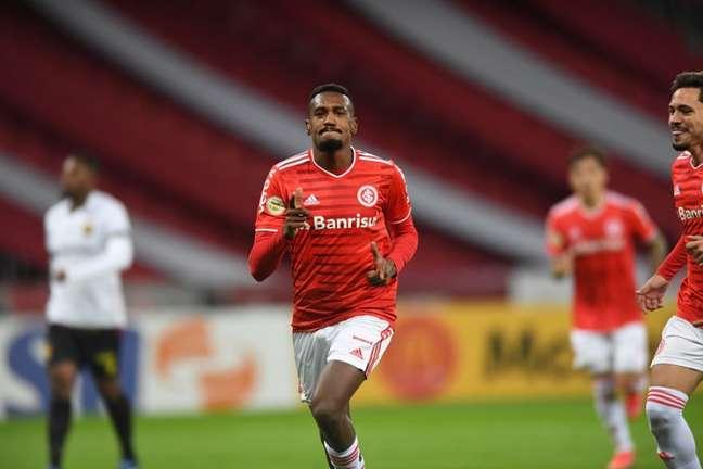 Edenílson tem 323 jogos com a camisa do Internacional (Divulgação/Internacional)