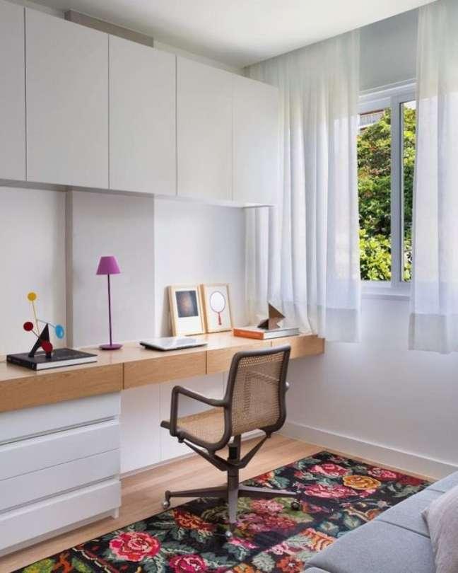 47. Home office na sala planejada com armários e sofá cinza – Foto Pinterest