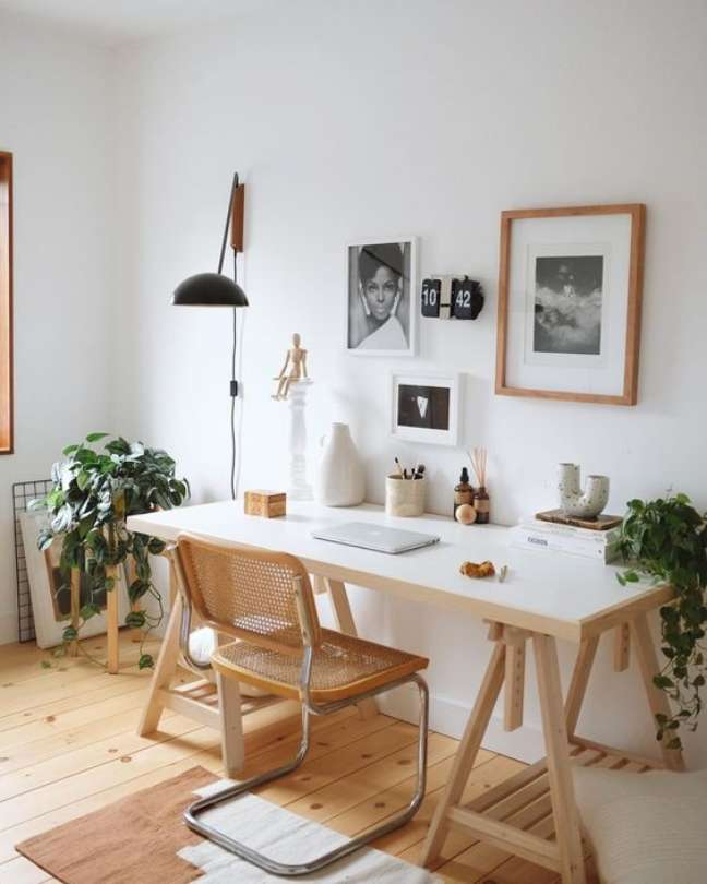 52. Mesa de escritório feita com cavalete e cadeira rústica – Foto Greend Wedding Shoes