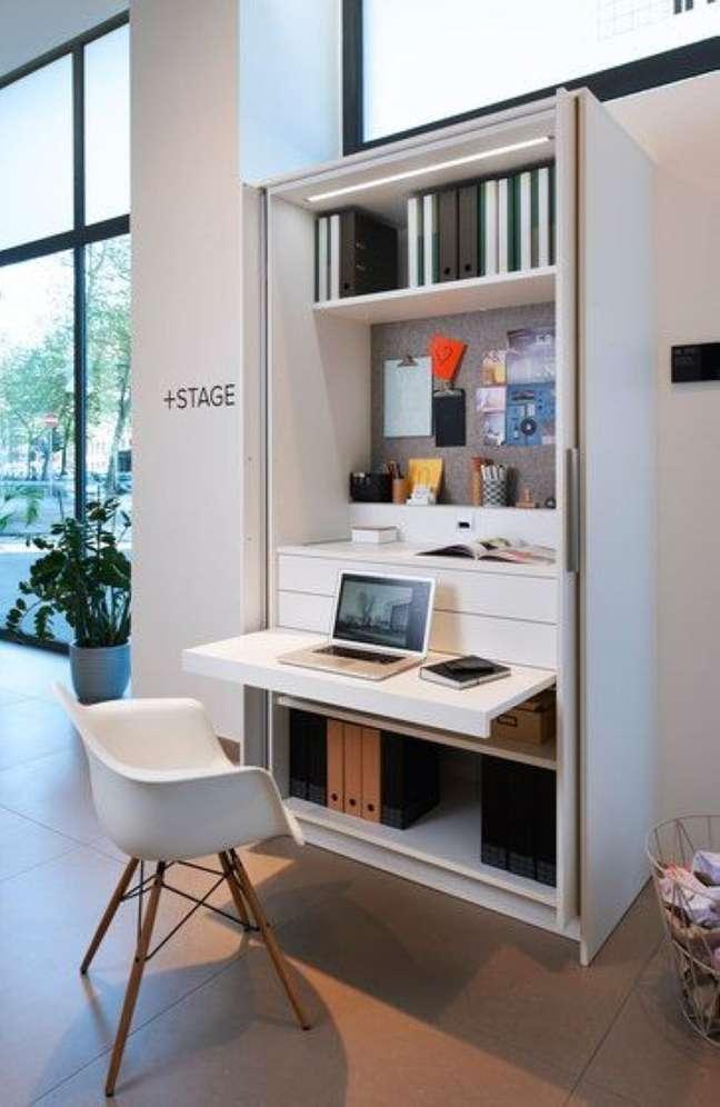 32. Home office na sala com mesa no armario – Foto Fashion Bubbles