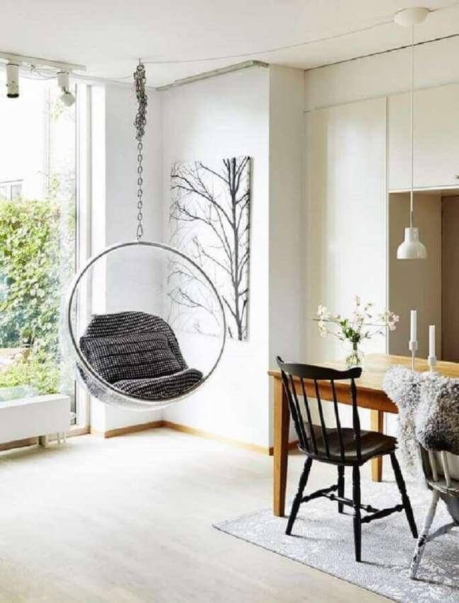 62. Sala de jantar branca decorada com cadeira de balanço moderna suspensa – Foto: Sundry Society