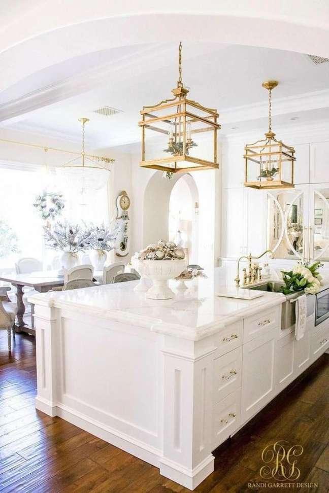5. Lustre quadrado dourado para bancada de cozinha de granito – Foto Remodelingtips