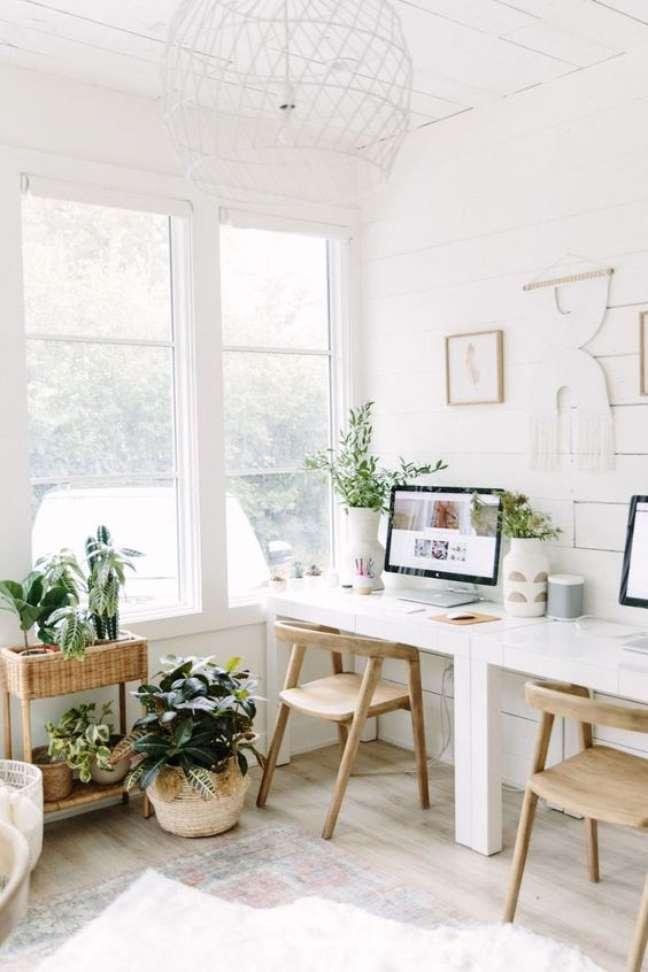 61. Sala boho com mesa para home office – Foto Camille Styles