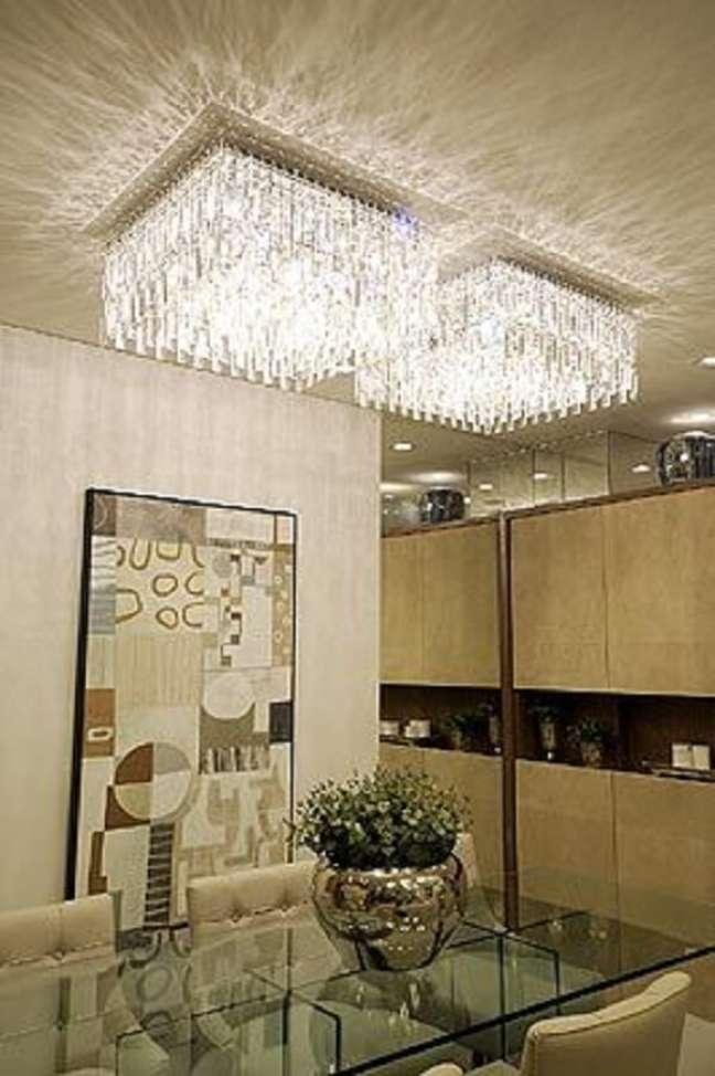 40. Sala com conjunto de lustre quadrado de cristal na decoração -Foto Folha de Londrina