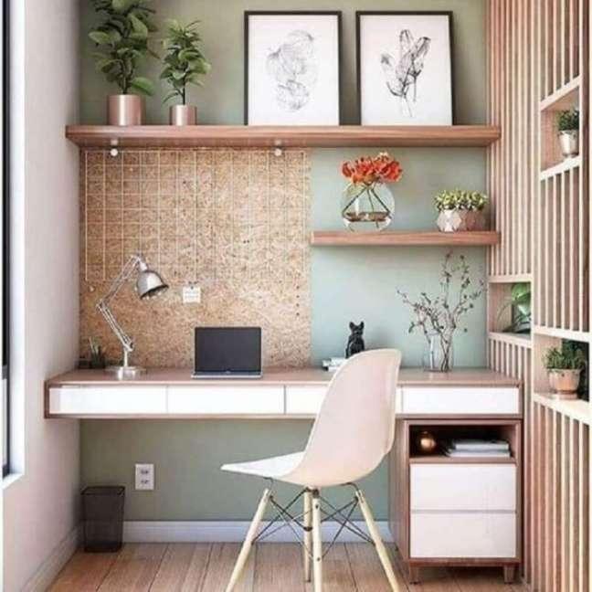 15. Home office na sala planejada com estante de madeira e plantas na decoração – Foto Webcomunica