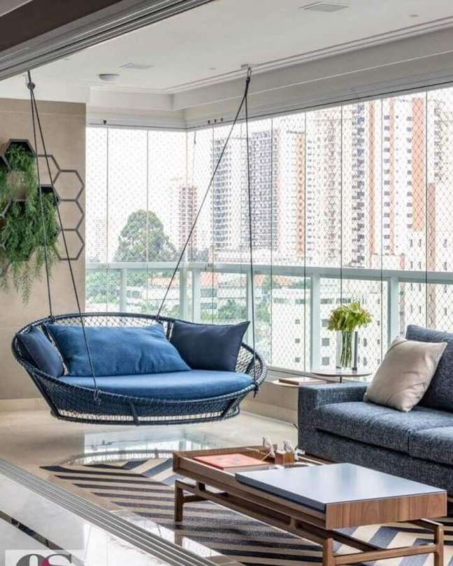 44. Decoração com cadeira de balanço suspensa para varanda de apartamento moderno – Foto: Pinterest