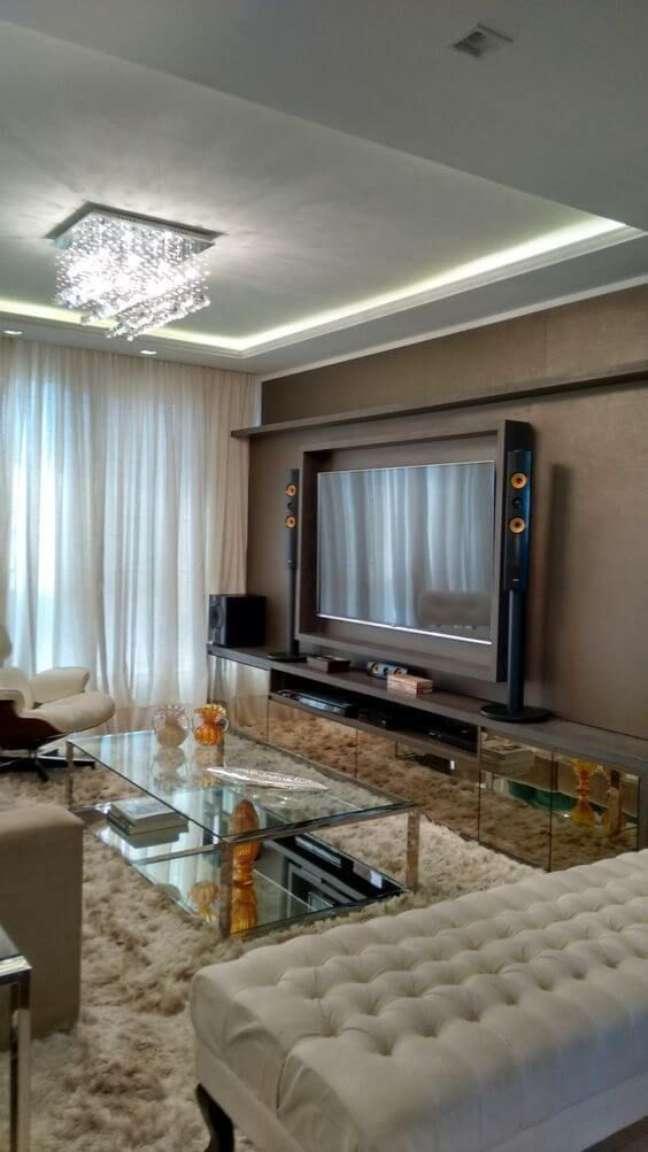 41. Sala de estar com lustre quadrado de cristal – Foto Revista VD