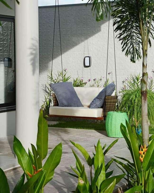 33. Cadeira suspensa de balanço para varanda decorada com jardim – Foto: Giordano Rogoski Arquitetura
