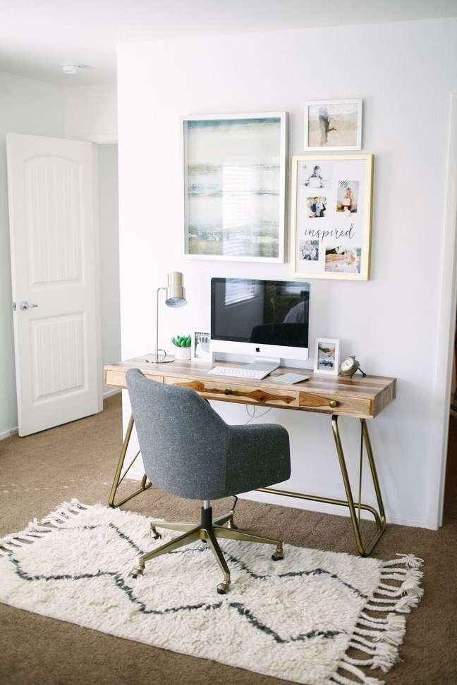 35. Home office na sala de estar com mesa de madeira e cadeira cinza – Foto Life of Asister