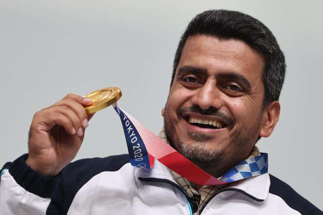 Javad Foroughi exibe a medalha de ouro
