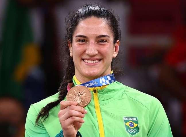Mayra Aguiar mostra medalha de bronze conquistada no judô na Olimpíada de Tóquio 29/07/2021 REUTERS/Sergio Perez
