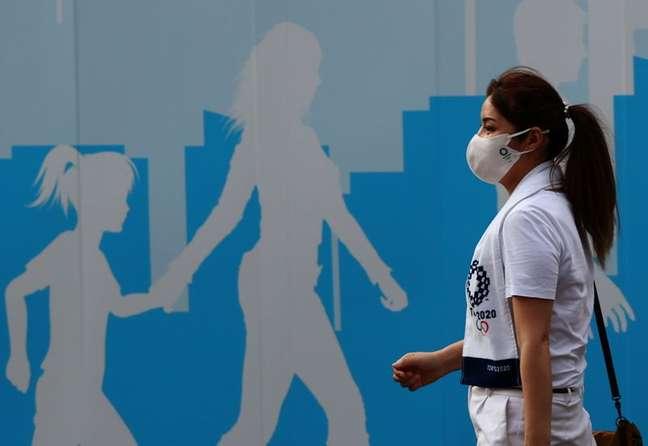 Mulher usando máscara caminha do lado de fora do Estádio Nacional, principal local de competições da Olimpíada Tóquio 2020 28/07/2021 REUTERS/Kim Kyung-Hoon