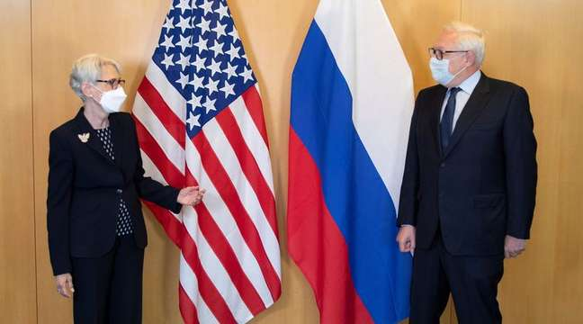 Vice-secretária de Estado dos EUA, Wendy Sherman, ao lado do vice-ministro russo das Relações Exteriores, Sergei Ryabkov, em Genebra 28/07/2021 Missão dos EUA em Genebra/Divulgação via REUTERS