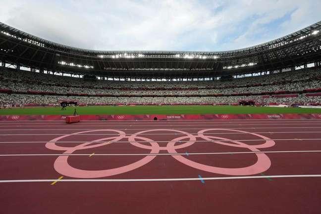 Anéis olímpicos na pista de atletismo do Estádio Nacional em Tóquio Kirby Lee-USA TODAY Sports via Reuters