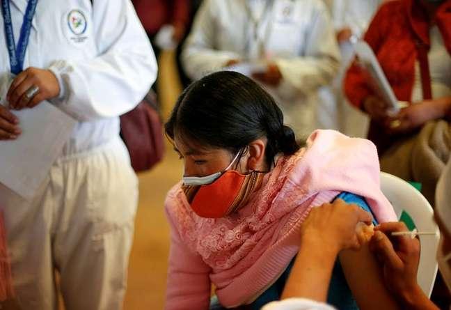 Mulher recebe vacina contra a Covid-19 em El Alto, Bolívia 25/07/2021 REUTERS/Manuel Claure