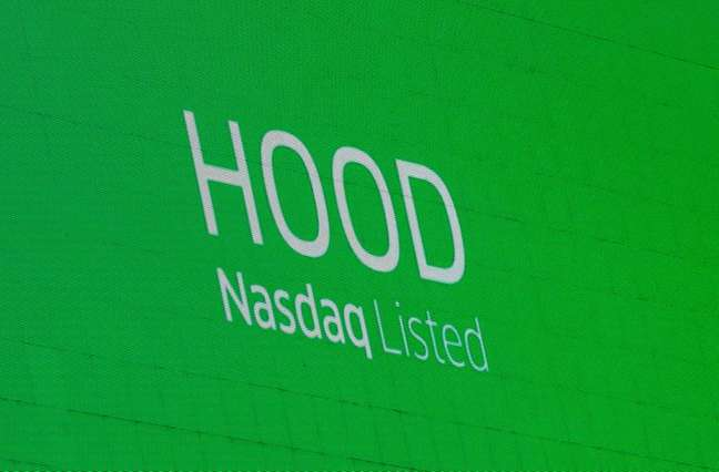 Placa anunciando listagem do Robinhood na Nasdaq. 29/7/2021.  REUTERS/Brendan McDermid