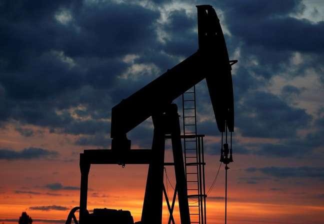 Imagen de archivo de un balancín petrolero durante la puesta de sol en Vaudoy-en-Brie, cerca de París, Francia. 23 de abril, 2018. REUTERS/Archivo