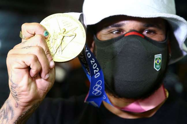 Ítalo Ferreira mostra medalha de ouro na chegada ao Brasil  29/7/2021   REUTERS/Carla Carniel