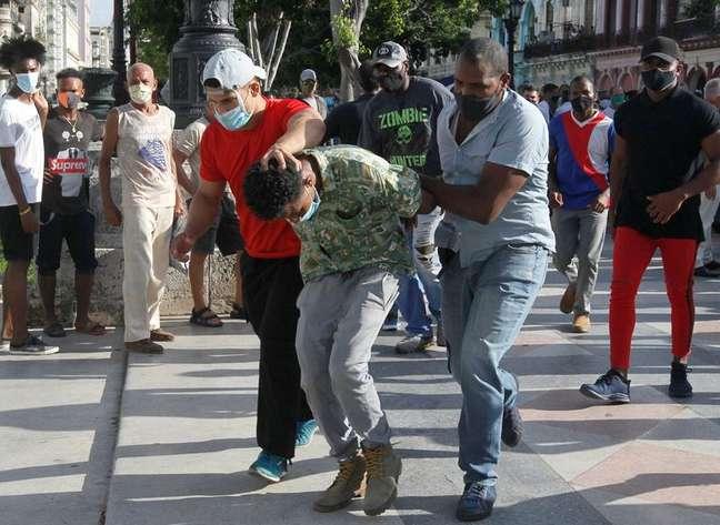 Policiais à paisana prendem pessoa durante protestos em Havana 11/07/2021 REUTERS/Stringer
