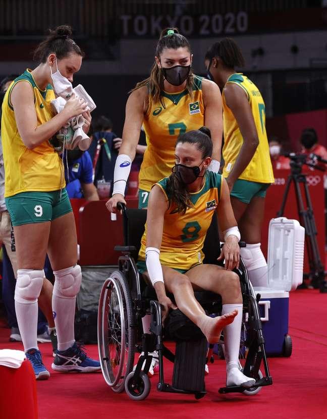 Macris deixa a quadra de cadeira de rodas