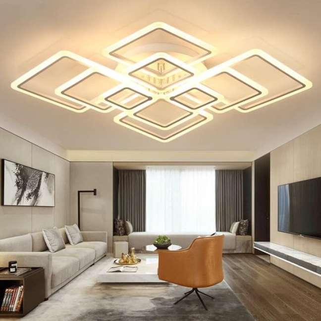 6. Sala com lustre quadrado grande – Foto Engineering Discoveries