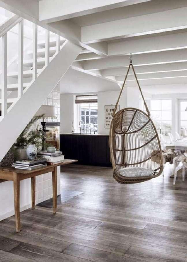 34. Casa com escada decorada com cadeira de balanço suspensa – Foto: Casa Très Chic