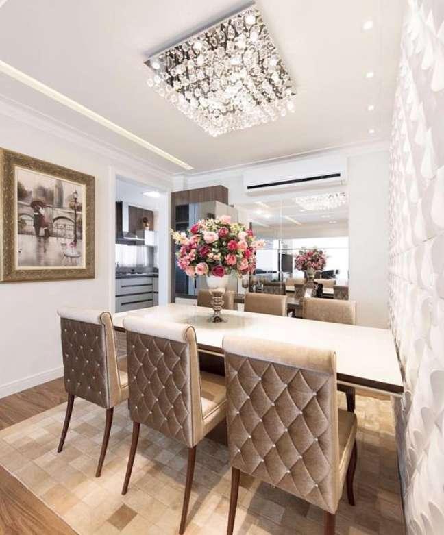 43. Sala de jantar com lustre quadrado de cristais na decoração – Foto Home Idea