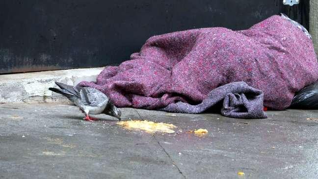 Morador de rua se abriga do frio em 28 de julho, que registrou início de baixas históricas de temperatura em SP