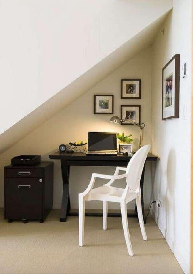 58. Home office na sala moderna embaixo da escada – Foto Maria Killan