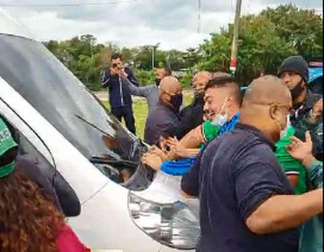 Grupo foi até a porta do CT para protestar após derrotas do Fluminense (Foto: Reprodução)