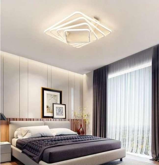22. Lustre quadrado e moderno no quarto de casal – Foto Warmly Decor