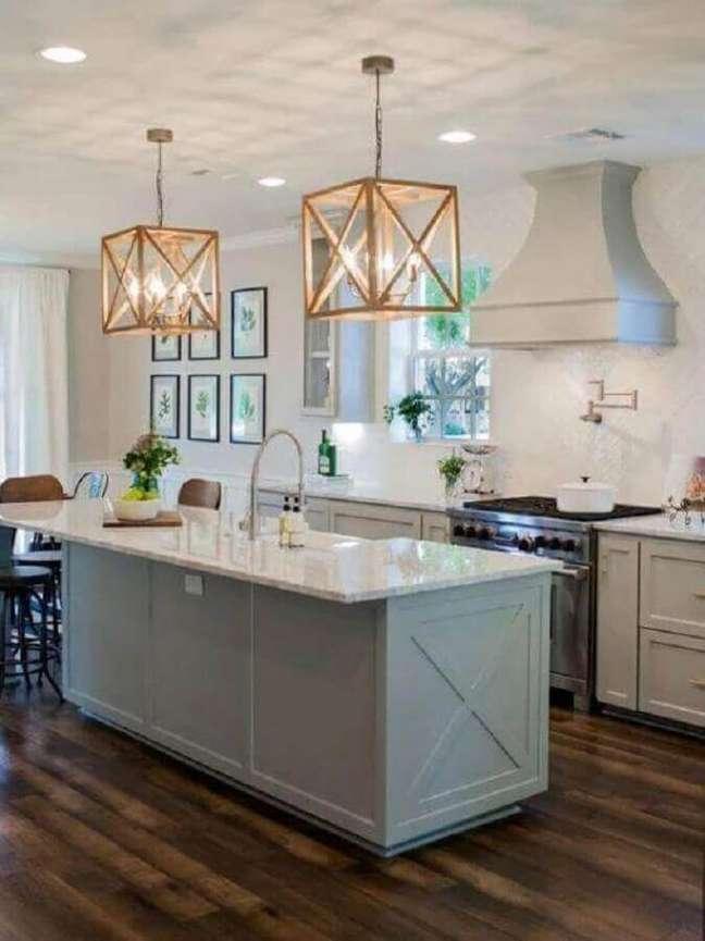 32. Lustre de madeira quadrado para bancada de cozinha – Foto Pinterest